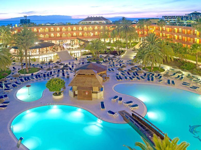 St. Raphael Resort занимает обширную по площади территорию в 43 000 кв. м и обладает одним из самых больших пляжей в Лимасоле
