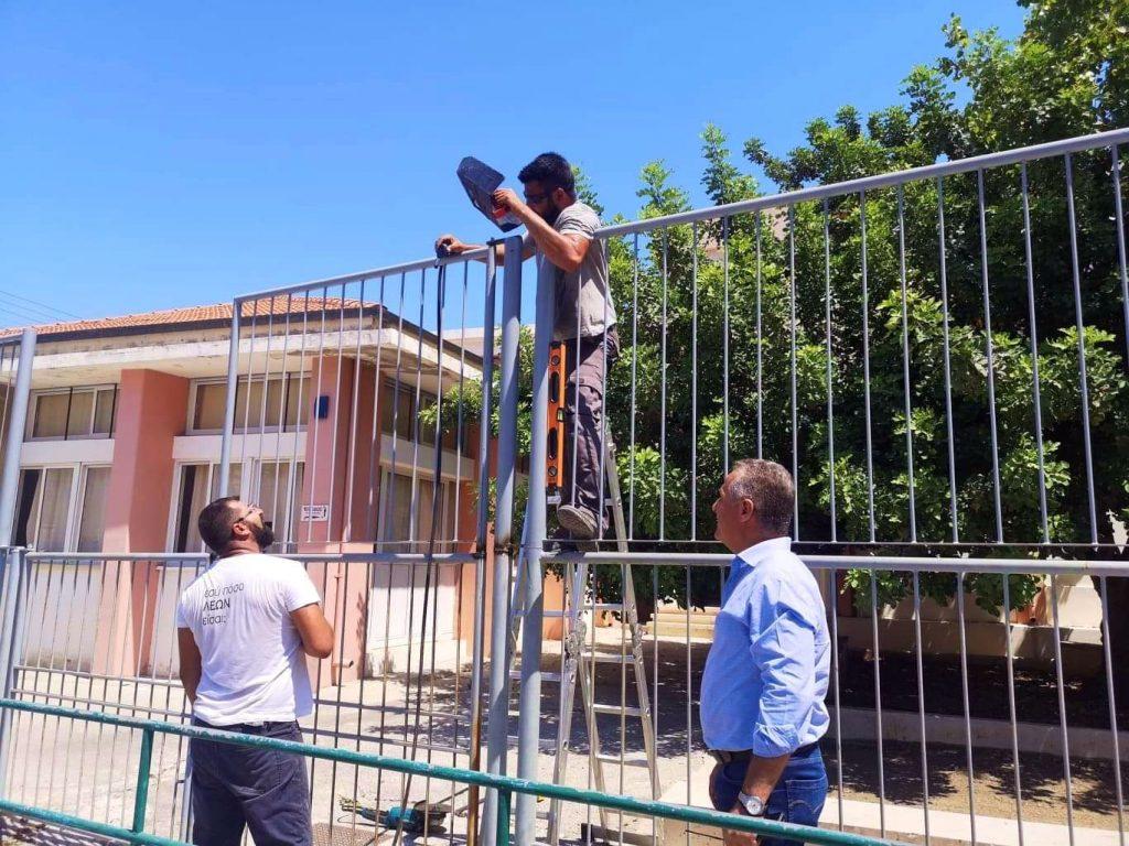 Школы Кипра готовы к учебному году: Министр наблюдает, как установливанют ограждение