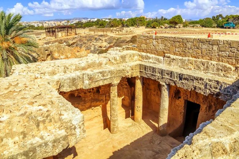 Скальные гробницы Макронисос - одно из древнейших сохранившихся захоронений, относящееся к эллинистическому и римскому периоду в Айя-Напе